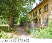 Old house in the city with a quiet yard in Nizhny Novgorod (2019 год). Стоковое фото, фотограф Дмитрий Тищенко / Фотобанк Лори