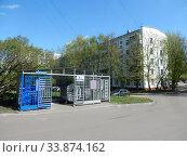 Купить «Огороженное сооружение с мусорными контейнерами. Пятиэтажный семиподъездный панельный жилой дом серии I-515/5Ш (1–3 подъезды) и I-515/5М (4–7 подъезды). Построен в 1965 году. Байкальская улица, 25 корпус 1. Район Гольяново. Город Москва», эксклюзивное фото № 33874162, снято 7 мая 2020 г. (c) lana1501 / Фотобанк Лори