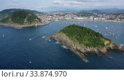 High view of San-Sebastian with Beach of La Concha and boats at sea, Spain (2019 год). Стоковое видео, видеограф Яков Филимонов / Фотобанк Лори