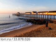 England, Suffolk, Southwold, Southwold Pier and Beach. Стоковое фото, фотограф Steve Vidler / age Fotostock / Фотобанк Лори