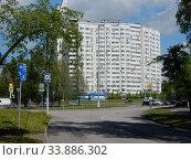 Купить «Шестнадцатиэтажный семиподъездный жилой дом серии И-155-С (2006 года постройки). Курганская улица, 3. Район Гольяново. Город Москва», эксклюзивное фото № 33886302, снято 25 мая 2020 г. (c) lana1501 / Фотобанк Лори