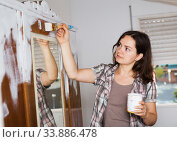 Woman is painting old cupboard in time repairs. Стоковое фото, фотограф Яков Филимонов / Фотобанк Лори