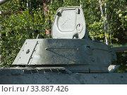 Советский средний танк времен Великой Отечественной войны Т-34-76 на опушке леса, вид на башню сзади (2018 год). Редакционное фото, фотограф Малышев Андрей / Фотобанк Лори