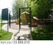 Купить «Детская площадка закрытая для посещения при пандемии коронавирусной инфекции Covid-19. 16-ая Парковая улица. Район Северное Измайлово. Город Москва», эксклюзивное фото № 33888610, снято 17 мая 2020 г. (c) lana1501 / Фотобанк Лори
