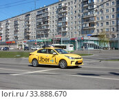 Желтый автомобиль с шашечками такси. Хабаровская улица. Район Гольяново. Город Москва. Редакционное фото, фотограф lana1501 / Фотобанк Лори