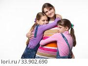 Купить «Дети обнимают маму, мама счастливо смотрит в кадр, изолировано на белом фоне», фото № 33902690, снято 15 мая 2020 г. (c) Иванов Алексей / Фотобанк Лори