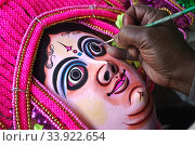 A craftsman is painting a Purulia Chhau dance mask ( West Bengal, India). Стоковое фото, фотограф Franck Metois / age Fotostock / Фотобанк Лори