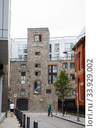 Entrance to the Old Jameson Distillery, Smithfield Square in Dublin, Ireland. The original site where Jameson Irish Whiskey was distilled until 1971 (2019 год). Редакционное фото, фотограф Nataliia Zhekova / Фотобанк Лори