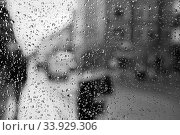 Купить «Raindrop on glass and red London bus lights blurry background.», фото № 33929306, снято 18 августа 2017 г. (c) Nataliia Zhekova / Фотобанк Лори