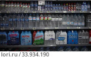 Купить «Shelves with bottled still and carbonated water in spanish store», видеоролик № 33934190, снято 17 февраля 2020 г. (c) Яков Филимонов / Фотобанк Лори