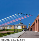 Russian military aircrafts fly in formation over the Moscow Kremlin during Victory Day (WWII) parade, Moscow, Russia. (2013 год). Стоковое фото, фотограф Владимир Журавлев / Фотобанк Лори