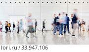 Anonyme verschwommene Menschenmenge auf Messe oder Konferenz. Стоковое фото, фотограф Zoonar.com/Robert Kneschke / age Fotostock / Фотобанк Лори