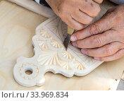Изготовление деревянной разделочной доски с резным узором. Стоковое фото, фотограф Вячеслав Палес / Фотобанк Лори