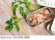 Chopped tuna belly in tin cans with greens. Стоковое фото, фотограф Яков Филимонов / Фотобанк Лори