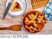 Купить «Sponge apple cake», фото № 33976642, снято 15 июля 2020 г. (c) Яков Филимонов / Фотобанк Лори