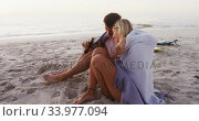 Portrait of a Caucasian couple enjoying time at the beach. Стоковое видео, агентство Wavebreak Media / Фотобанк Лори