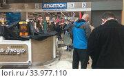 Купить «Очередь в пункт выдачи онлайн заказов в магазине Декатлон, Санкт-Петербург», видеоролик № 33977110, снято 10 июня 2020 г. (c) Кекяляйнен Андрей / Фотобанк Лори