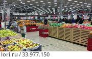 Покупатели в отделе овощей и фруктов в супермаркете Окей (2020 год). Редакционное видео, видеограф Кекяляйнен Андрей / Фотобанк Лори