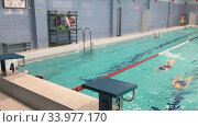 Дети школьного возраста плывут на спине во время занятий по плаванию. Редакционное видео, видеограф Кекяляйнен Андрей / Фотобанк Лори