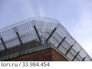Berlin, Germany, barbed wire rolls on a prison wall (2019 год). Редакционное фото, агентство Caro Photoagency / Фотобанк Лори