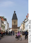 Speyer, Germany, People on Maximilianstrasse (2020 год). Редакционное фото, агентство Caro Photoagency / Фотобанк Лори
