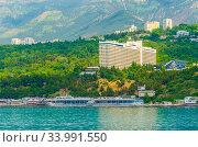 """Отель """"Ялта-Интурист"""" на берегу Чёрного моря (2019 год). Редакционное фото, фотограф Megapixx / Фотобанк Лори"""