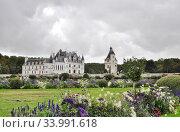 Замок Шенонсо (Château de Chenonceau) и древняя башня семьи де Марк рядом. Департамент Эндр и Луара. Франция (2019 год) Редакционное фото, фотограф Вера Смолянинова / Фотобанк Лори
