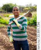 Skillful Colombian gardener with hoe at smallholding. Стоковое фото, фотограф Яков Филимонов / Фотобанк Лори