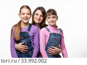 Купить «Портрет семьи, мамы с двумя дочерьми, на белом фоне», фото № 33992002, снято 15 мая 2020 г. (c) Иванов Алексей / Фотобанк Лори