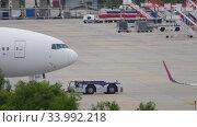 Купить «Boeing 777 push back before departure», видеоролик № 33992218, снято 28 ноября 2019 г. (c) Игорь Жоров / Фотобанк Лори
