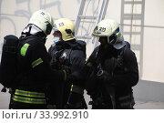 Пожарные возле загоревшегося здания (2020 год). Редакционное фото, фотограф Дмитрий Неумоин / Фотобанк Лори