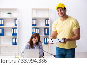 Купить «Young male courier delivering pizza to the office», фото № 33994386, снято 22 ноября 2019 г. (c) Elnur / Фотобанк Лори