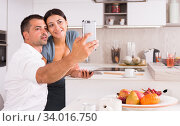 Happy couple making selfie. Стоковое фото, фотограф Яков Филимонов / Фотобанк Лори