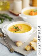 Купить «Fish cream soup with Salmon, cheese, Potatoes and herbs», фото № 34019134, снято 4 марта 2019 г. (c) Nataliia Zhekova / Фотобанк Лори