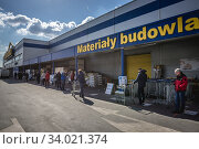 Купить «State of epidemic in Warsaw, Poland - queue in front of Castorama store due to restrict the number of visitors to limit spread of Coronavirus.», фото № 34021374, снято 4 апреля 2019 г. (c) age Fotostock / Фотобанк Лори
