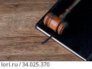 Judge's hammer lies on black folder on table. Стоковое фото, фотограф Zoonar.com/Sergey Mironov / easy Fotostock / Фотобанк Лори