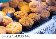 Купить «Sweet baked muffins with fruit filling in icing sugar», фото № 34030146, снято 14 июля 2020 г. (c) Яков Филимонов / Фотобанк Лори