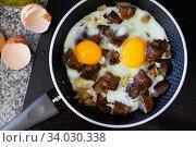 Fried eggs with red pine mushrooms in frying pan. Стоковое фото, фотограф Яков Филимонов / Фотобанк Лори