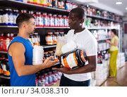 Купить «guys with sports nutrition talking», фото № 34038310, снято 13 июля 2020 г. (c) Яков Филимонов / Фотобанк Лори