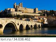 Купить «Bezier Cathedral Saint Nazaire and Pont Vieux Bridge, river», фото № 34038402, снято 1 декабря 2017 г. (c) Яков Филимонов / Фотобанк Лори