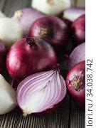 Купить «red onions on rustic wood. Red onion halves. Food Ingredients», фото № 34038742, снято 29 июля 2019 г. (c) Nataliia Zhekova / Фотобанк Лори