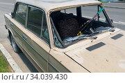 Купить «Автомобиль с разбитым лобовым стеклом», фото № 34039430, снято 18 июня 2020 г. (c) E. O. / Фотобанк Лори
