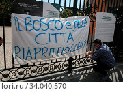 Купить «Activists and residents of the Capodimonte district, in defense, to demonstrate against the closure of the park for gatherings.», фото № 34040570, снято 24 мая 2020 г. (c) age Fotostock / Фотобанк Лори