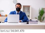 Купить «Young male employee in self-quarantine concept», фото № 34041470, снято 27 марта 2020 г. (c) Elnur / Фотобанк Лори