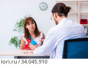 Young woman visiting male doctor gastroenterologist. Стоковое фото, фотограф Elnur / Фотобанк Лори
