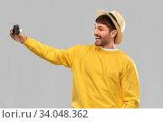 happy man in straw hat with vintage film camera. Стоковое фото, фотограф Syda Productions / Фотобанк Лори