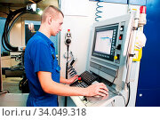 Купить «Mechanical technician operative of cnc milling cutting machine center at tool workshop», фото № 34049318, снято 13 июля 2020 г. (c) age Fotostock / Фотобанк Лори
