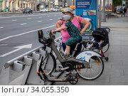Купить «Городская общественная станция проката велосипедов и самокатов в центре города Москвы, Россия», фото № 34055350, снято 17 июня 2020 г. (c) Николай Винокуров / Фотобанк Лори