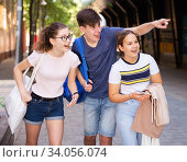 Купить «Guy points out something interesting to two girls», фото № 34056074, снято 30 июня 2020 г. (c) Яков Филимонов / Фотобанк Лори