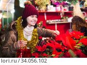 Pretty teen girl chooses floral decorations. Стоковое фото, фотограф Яков Филимонов / Фотобанк Лори